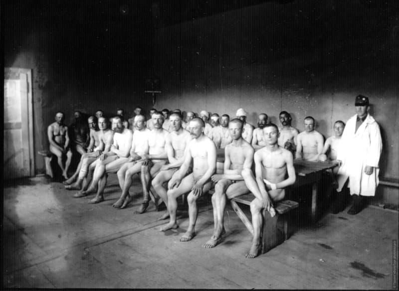 Militares desnudos fotografía de Robert Capa